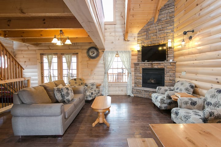 Luxury Cabin with Kitchen, Fireplace, Living Room. Sleeps up to 8