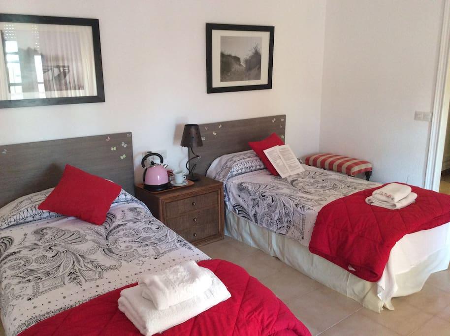 Habitación doble con vestidor contiguo y salida al solarium. Baño compartido con otra habitación.