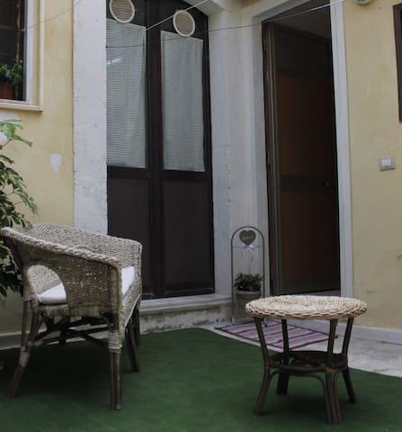 Casa Irene centralissimo monolocale con cortiletto
