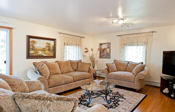 Beautiful Apartment-5 Beds-Parking-Super Clean!