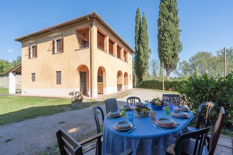 Tranquil Farmhouse in Terranova Bracciolini near Nightlife
