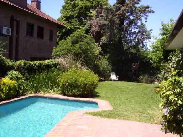 Formidable residencia en elegante barrio Martinez