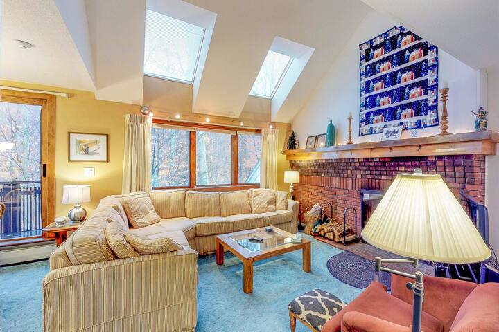 Ski-in/ski-out from this condo w/ mountain view, shared pools, hot tub, gym
