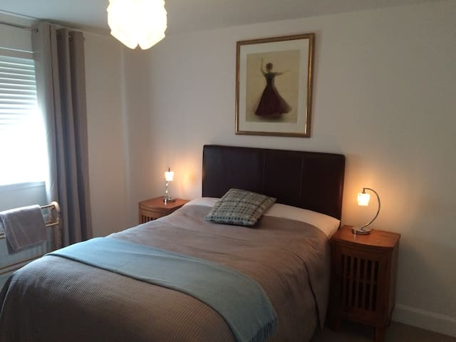 Quiet room near Edinburgh Airport. - Edimburg