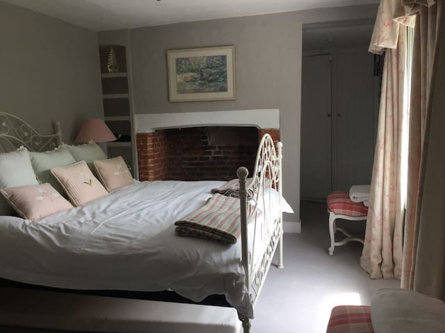 Luxury B&B Grey Room Village House - Bramdean - Bed & Breakfast