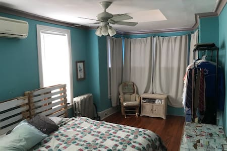 Large Rear Bedroom in N. Fairmount/Brewerytown