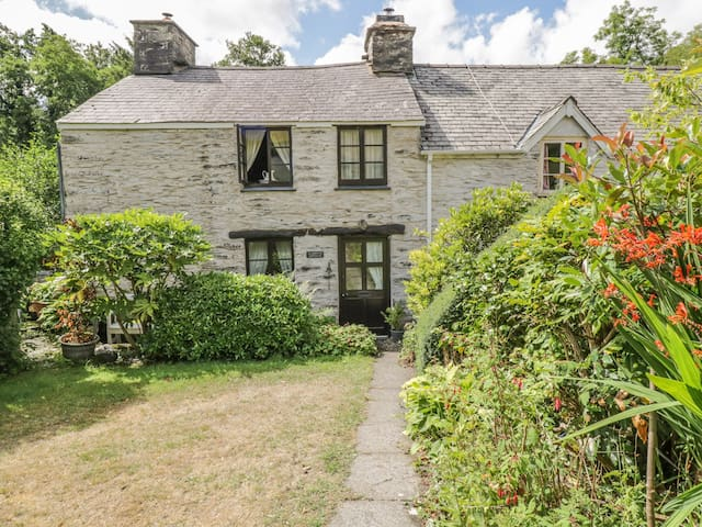 GLANRHYD COTTAGE, pet friendly in Machynlleth, Ref 988369