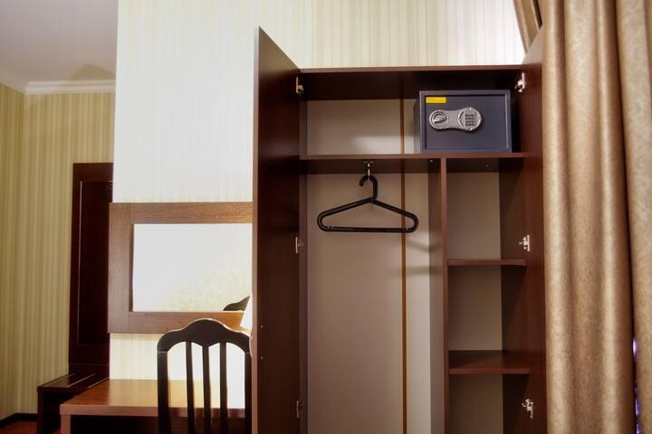 Однокомнатные номера с двуспальной кроватью, расположены на 1-4 этажах. В каждом номере имеется ванная комната, сплит-система, телевизор, холодильник, сейф, фен, туалетные принадлежности для каждого гостя. Возможна установка детской кровати-манежа.