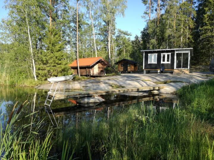 Järvenrantapaikka luonnonrauhassa.
