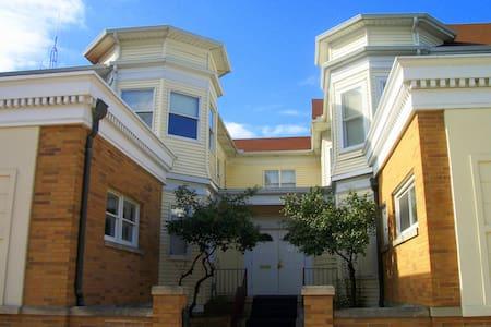 Historic Mansion Downtown Suite 1