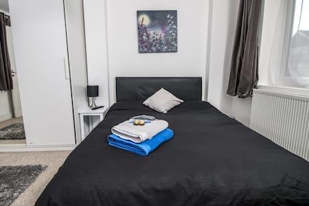 En suite double room in Woking w/Netflix & Parking