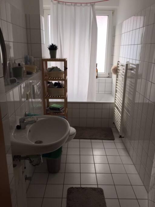Helles Bad mit Badewanne