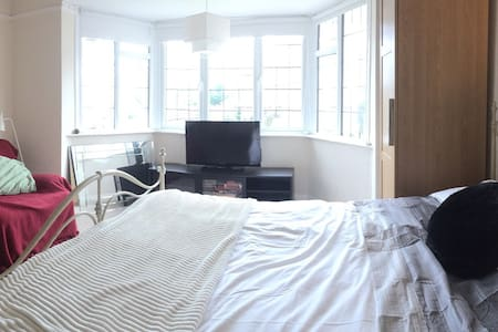 Spacious room close to Ashton Court - Long Ashton - 一軒家