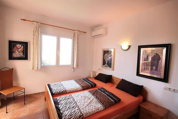Schlafzimmer oben mit Klimaanlage