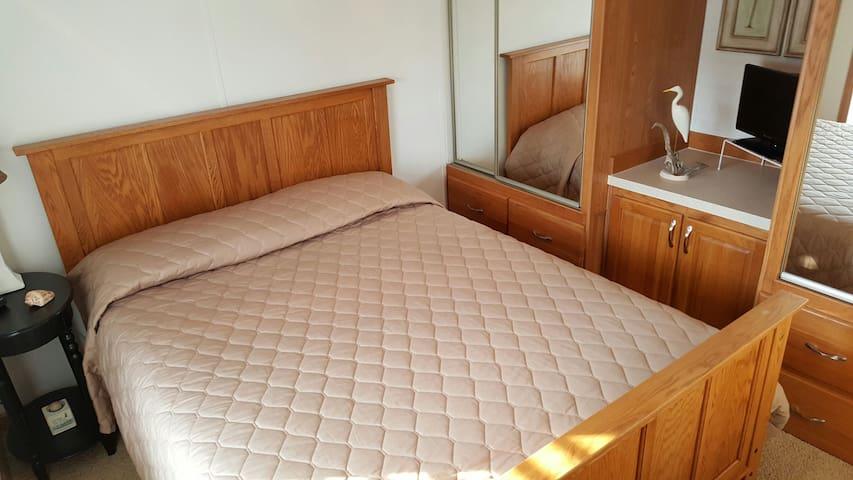 Queen size bed in the bedroom.