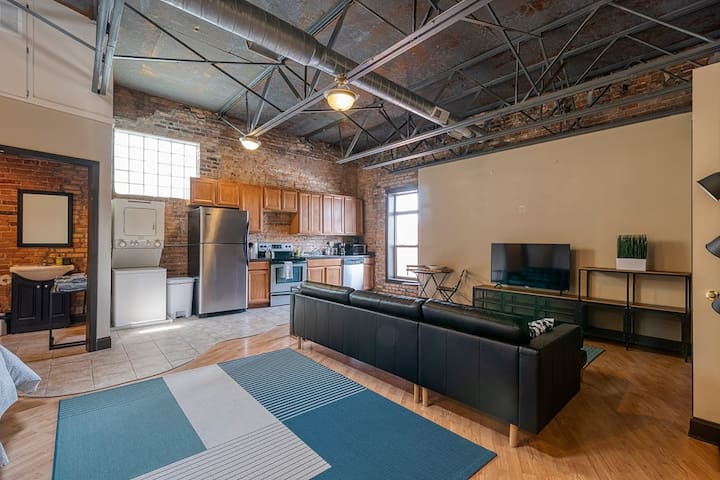 Large 2-bed Studio w/ Parking Steps from Capital!