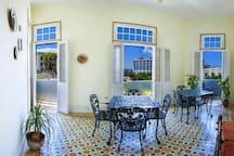 Desayunador con balcónes y vistas