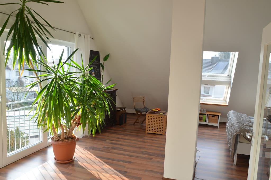 Entspanne im sonnigen, hellen DG/ Relax in the bright bed- /livingroom
