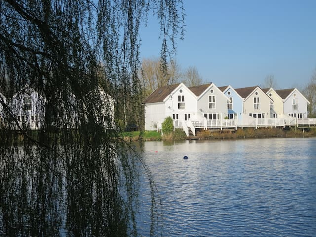 On the lake - Gloucestershire - House
