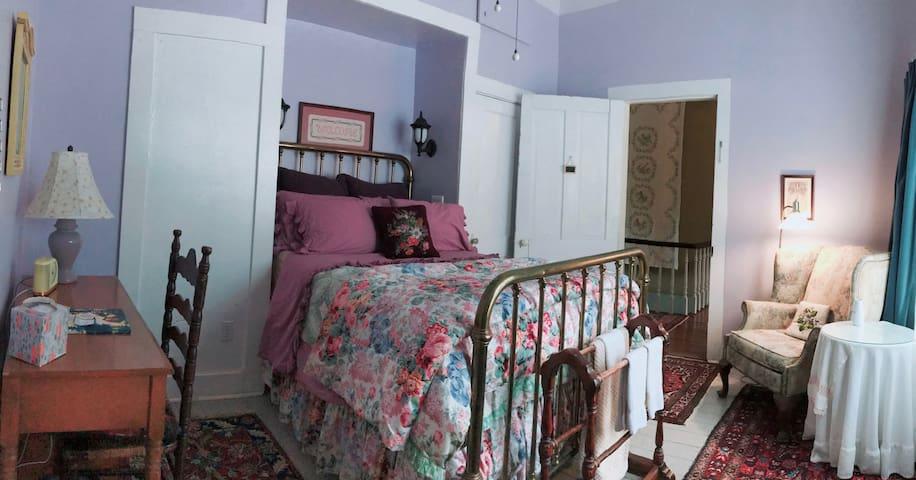 Sewanee-comfortable Lavender Room