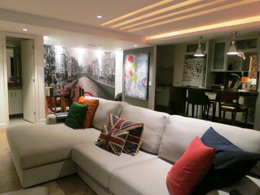 Espaço integrado - sala, cozinha e office