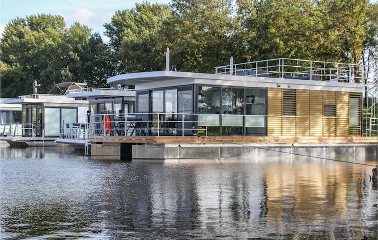 Houseboat with 2 bedrooms on 84m² in Well