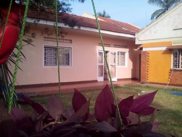 Single Room in Large House - Kampala - Casa