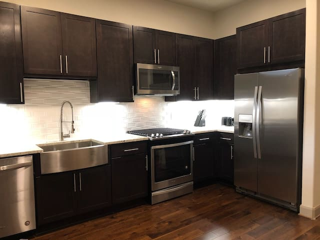 LUXURY MODERN 1BD IN PERFECT DOWNTOWN LOCATION!