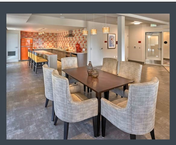 Luxury Condo 8 min to Airport 20 min to Seattle
