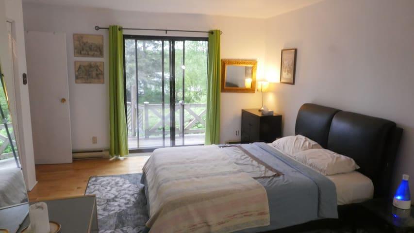 La chambre des maitres. The master bedroom. Une fois la porte ouverte, c'est comme si vous dormiez dehors. Attention au moustique par contre!! Fermez le moustiquaire.