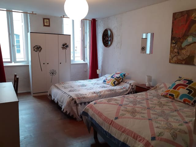 Spacious and bright room in the historic center