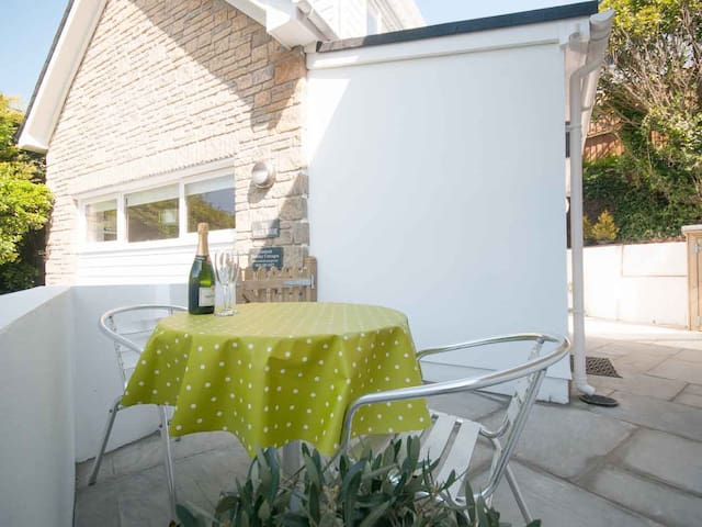 THE BEACH HOUSE, pet friendly, with a garden in Crantock, Ref 983142