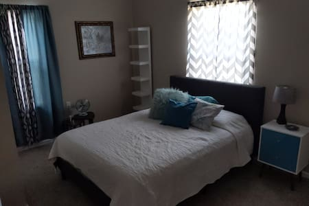 Comfortable private room - updated historical home