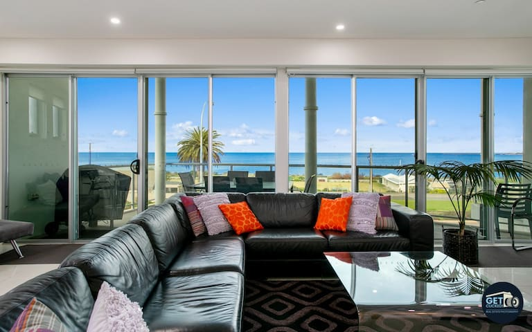 *Whale Watching* Luxe Beachfront Penthouse, *WIFI*