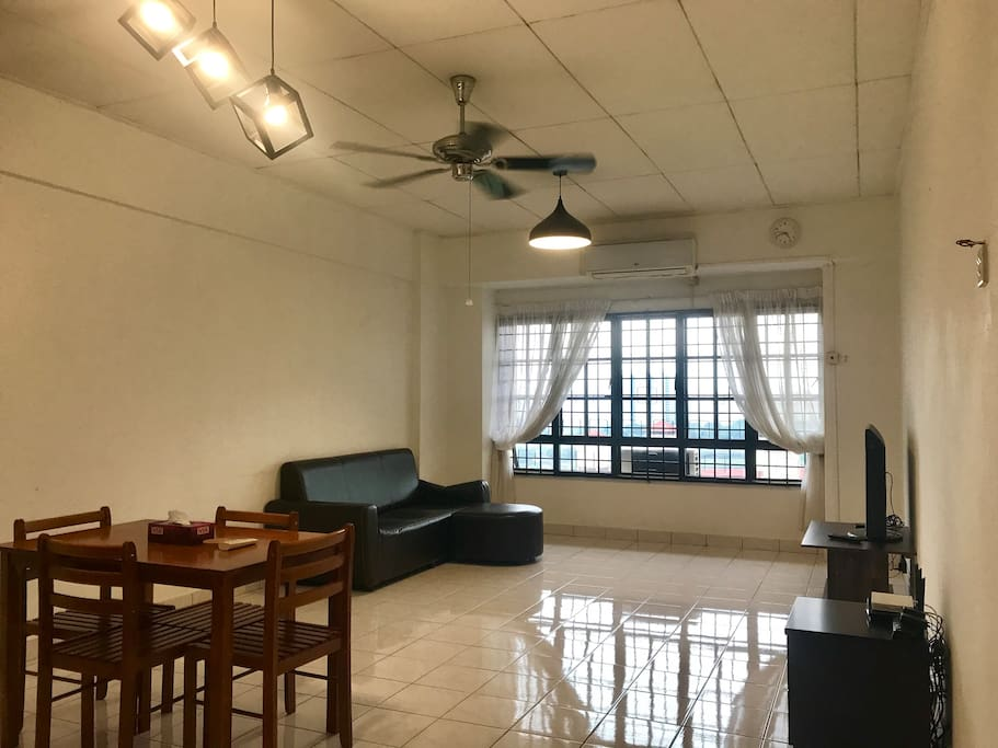 Living room, air-condition with couch, dining table and TV with Netflix