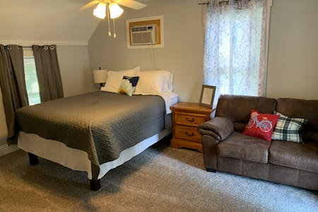 Clean Queen✻in Historic Home Near KSU & AggieVille