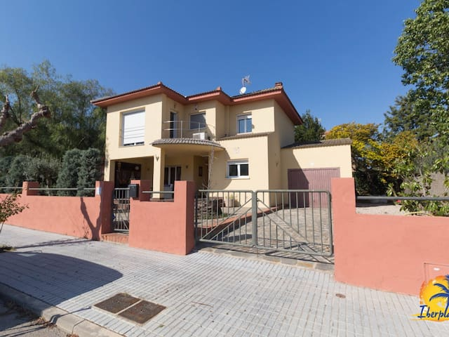 Beautiful individual villa 10 pax located 2km from the beach of Salou.
