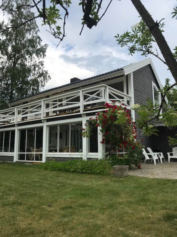 Trevligt sommarhus med fin sjöutsikt över Mälaren