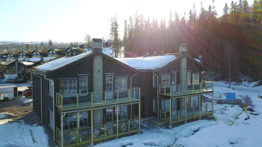 Nybyggt i Stöten med fri vy över dalgång och Norge