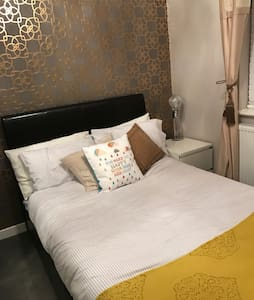 Lovely double bedroom.. beautifully furnished - Rushden  - Dom