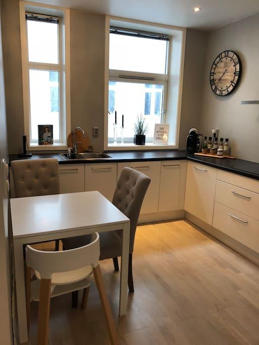 Lite kjøkkenbord, plass til 4 om en tar bordet ut fra veggen.