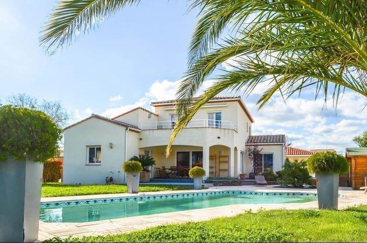 Grande villa avec piscine, parking