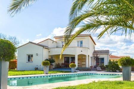 Grande villa avec piscine privée chauffée, parking