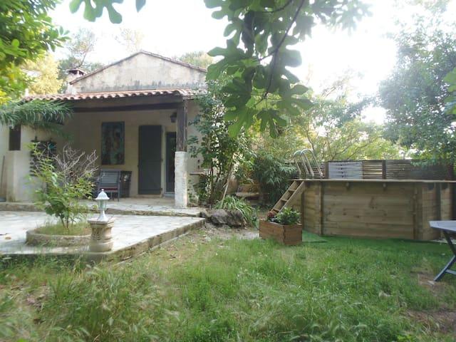 Maison ,jardin et petite piscine en bois privée