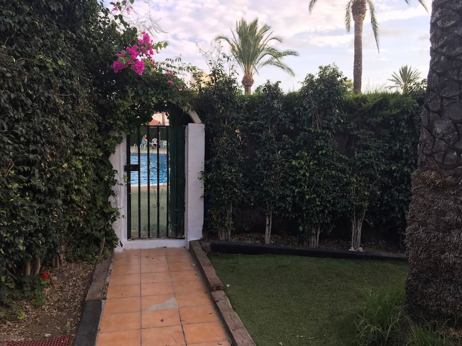 Jardín con acceso directo a la piscina