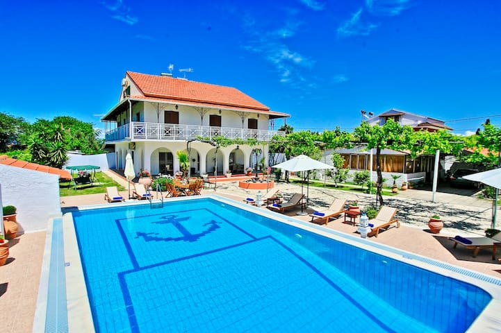 Villa Paradiso: Near beach, superb pool and garden