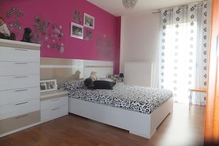 Habitacion con cama de matrimonio en Pamplona - House
