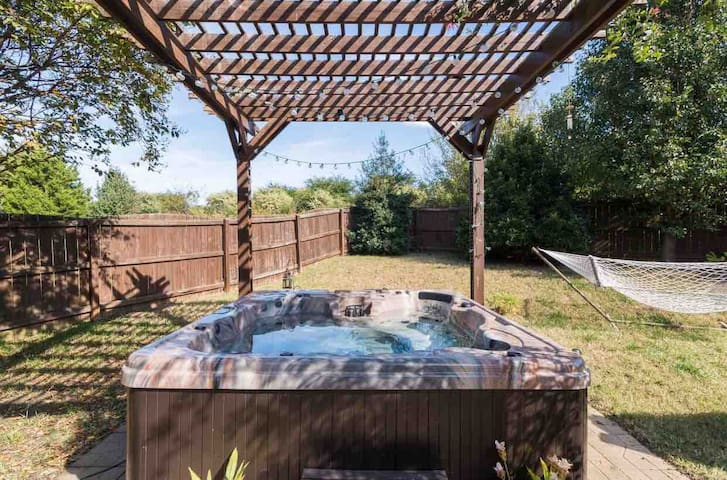 Hummingbird Manor - Hot tub & Private backyard!
