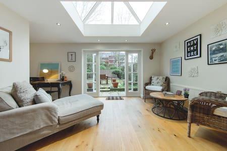 Beautiful 2 Bed 2 Bath w/ Large Garden - London