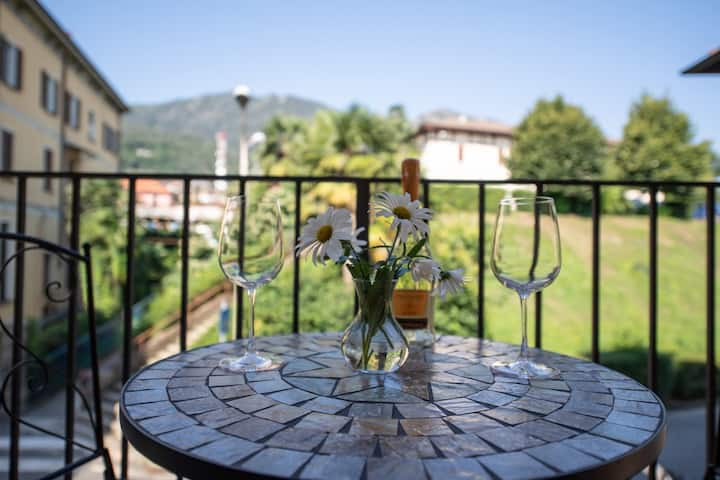 Sunflower Apartment 2 with balcony in Baveno center